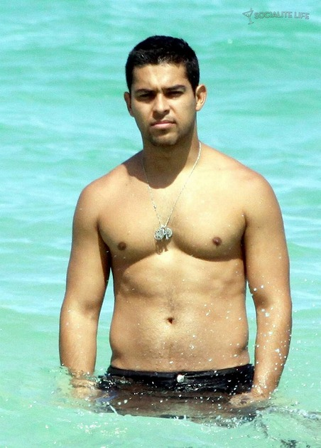 Gallery_main-wilmer-valderrama-shirtless-miami-08242009-29