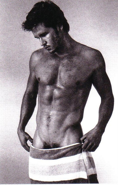 Ryan_kwanten__low_towel1_2